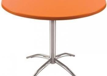 Барные столы и стулья.