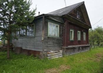 Большой бревенчатый дом, пригодный для круглогодичного проживания, на самом бере