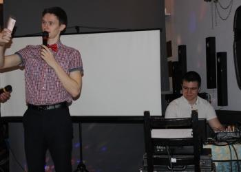Ведущий, певец Станислав Беляцкий