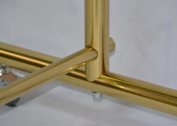 Золотая вешалка для одежды на колесиках из полированной латуни под лаком