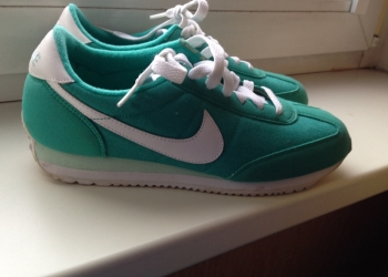 Яркие кроссовки Nike