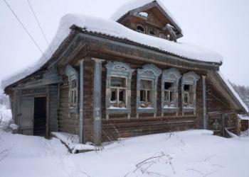 Бревенчатый дом, требующий частичного ремонта, в жилой деревне
