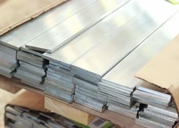 Алюминиевая полоса длиной 1500 мм шириной от 30 до 280 мм.