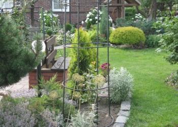 Прекрасный ландшафтный сад с домом