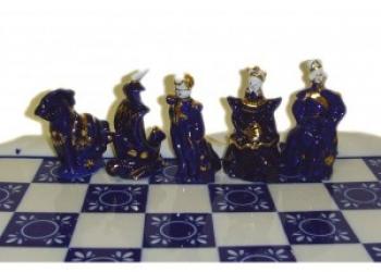 Фарфоровые шахматы Дамы и гусары, кобальтовый набор