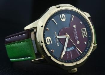Оригинальные часы в подарочной упаковке.