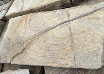 Камень природный желто-коричневый с разводами