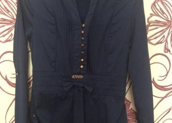 темно синяя пуговичная рубашка с длинными рукавами