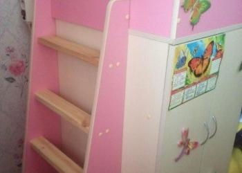Кровать для девочки со шкафом и полками.