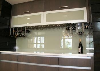 Стеклянные фартуки для кухни из стекла.