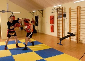 Индивидуальные тренировки по боксу и кикбоксингу.