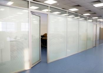 Интерьерные перегородки на основе алюминиевых профилей, дверная продукция и фурн