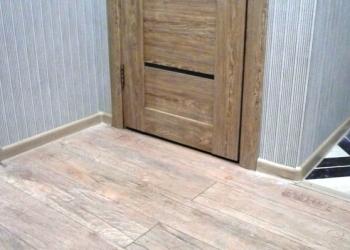 Плинтус, стыки, накладки, упоры для дверей.