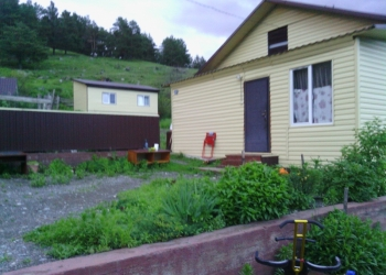 село Элекмонар,Чемальский2 дома на участке 12 соток,в ценре.Дома благоустроенн