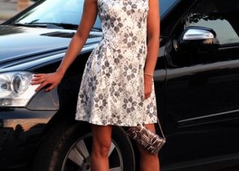 Модная женская одежда в ассортименте.