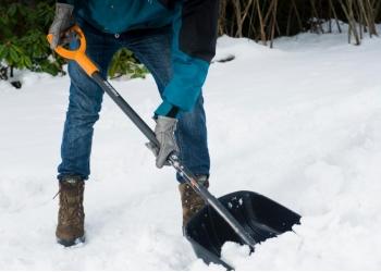 Уборка снега лопатами