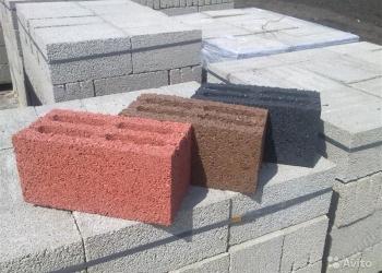 Стеновой блок серый и (или) цветной.