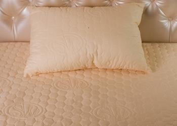 Покрывало и подушка с турмаплазминовой нитью
