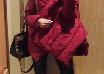 Куртка-одеяло, свободного кроя, благородного темно-красного цвета.