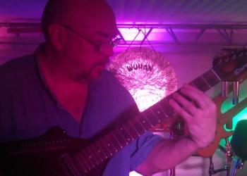 Уроки музыки в студии «Волшебное прикосновение»: гитары, клавишные, ударные...