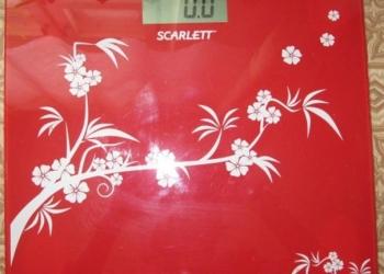 весы бытовые напольные электронные SCARLETT красного цвета с рисунком
