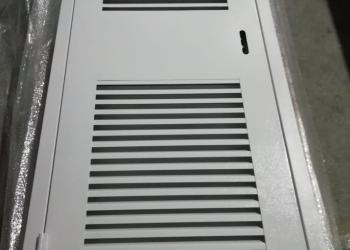Дверь с жалюзийной решеткой