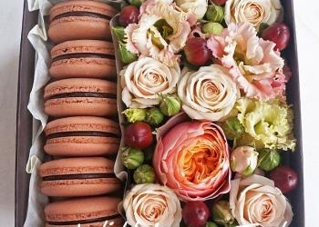 Коробочки с цветами и пирожными макаронс macarons