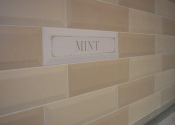 Отделка стены керамической плиткой на кухне-рабочая зона фартук