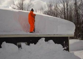 Чистим крыши от снега.Пенсионерам скидка