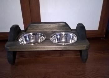 Подставка с мисками из массива для собак и кошек
