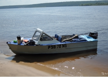 Моторная лодка с мощным двигателем