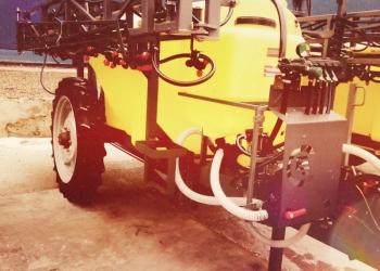 Опрыскиватель ОПШ-18-2500 на 2500 литров полуприцепной штанговый: колеса 9*