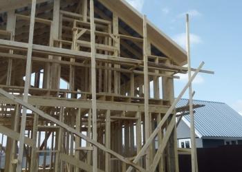 Срубы домов, бань из бруса или круглого бревна.