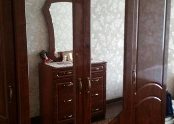 Спальный гарнитур,4-дв.шкаф ,комод с зеркалом ,кровать и две тумбочки.