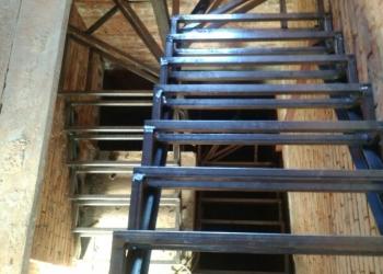 Лестница на металлическом каркасе.