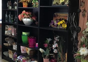 Стеллажи и стол флориста