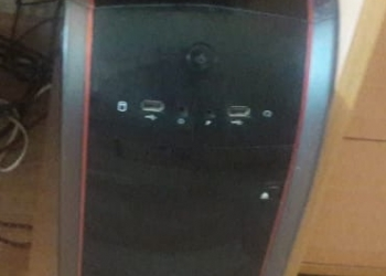Комплект из монитора, компьютера, клавиатуры, мыши и наушников.