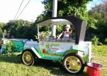 Ретроавтомобиль для кукурузы и яблок в карамели