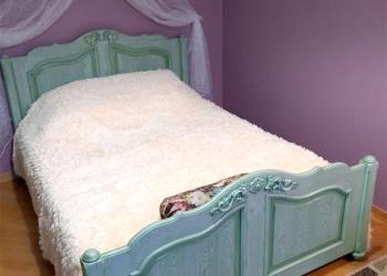 Спальни, кровати, тумбочки, шкафы, из дерева.