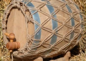 Бочка дубовая с плетением на подставке с краном (10 Л)
