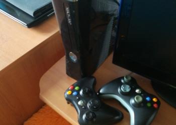 Продам Xbox 360 slim,много игр, прошитый,два джойстика,жд 250гб.