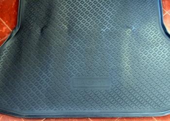 Резиновый коврик в багажник