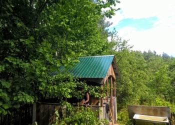 Шикарный участок 25 соток ИЖС в лесу под Печорами, бытовка и баня.