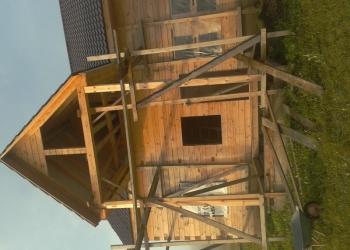 Сруб дома под крышей