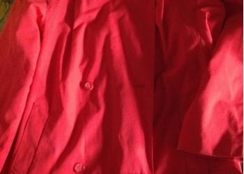 Плащ женский х/б красного цвета, с поясом б/у немного.