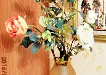 продам вазу богемского стекла и искусственные цветы