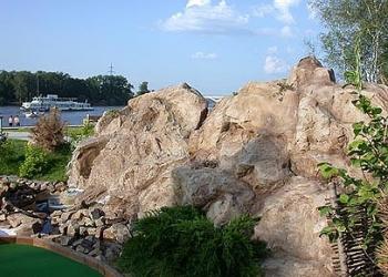 Искусственные деревья скалы гроты пальмы водопады.