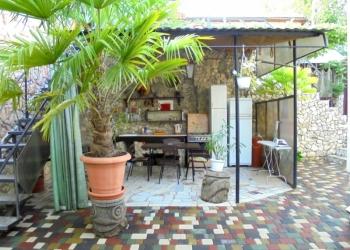 Двухкомнатный домик с беседкой на 3-5 человек в Феодосии.