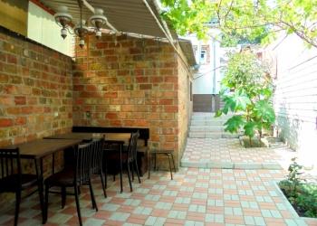 Отдельный трехкомнатный дом со своим закрытым двором и гаражом, без хозяев.