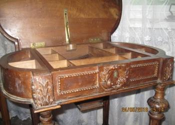 Стол старинный для рукоделия